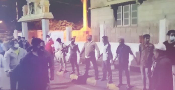 Muslims form human chain to protect temple from rioters